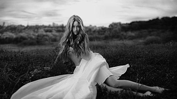 Фото Девушка сидит на земле, фотограф Георгий Чернядьев