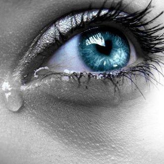 Фото Глаз девушки со слезой
