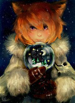 Фото Девочка-лисичка со стекляным шаром в руках под падающим снегом