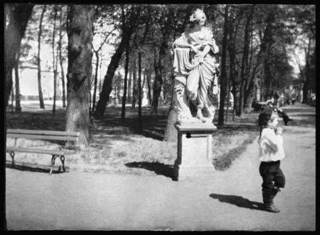 Фото Петербург начала 20 века, ребенок в форме юнги в летнем саду, фотограф Альфред Эберлинг
