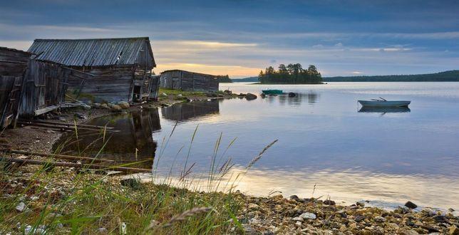 Фото Небольшое озеро, на берегу старые избы, где - то в Карелии