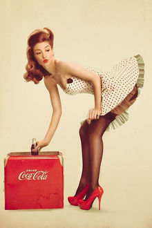 Фото Девушка берет из холодитьника бутылку Кока-колы / Coca-cola, реклама в Pin up стиле