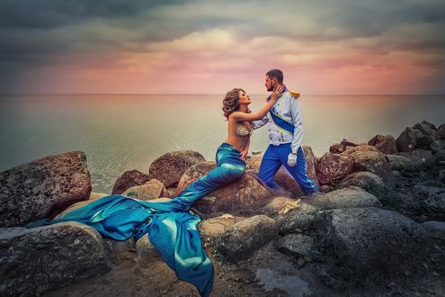 Фото Русалка с принцем сидят на камнях на фоне воды, фотограф Елена Тряпицына