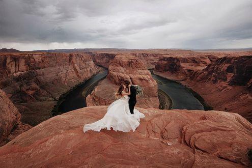 Фото Мужчина с девушкой целуются на фоне каньона, by Jordan Voth