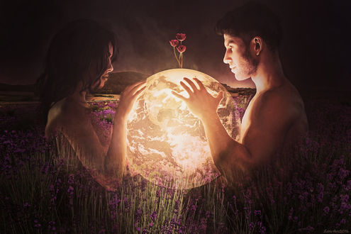 Фото Парень и девушка держат в руках луну