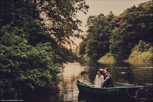 Фото Молодая пара плывет в лодке