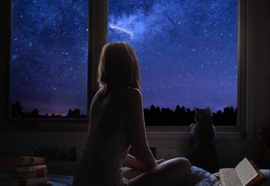 Картинки девушка сидит на окне одна