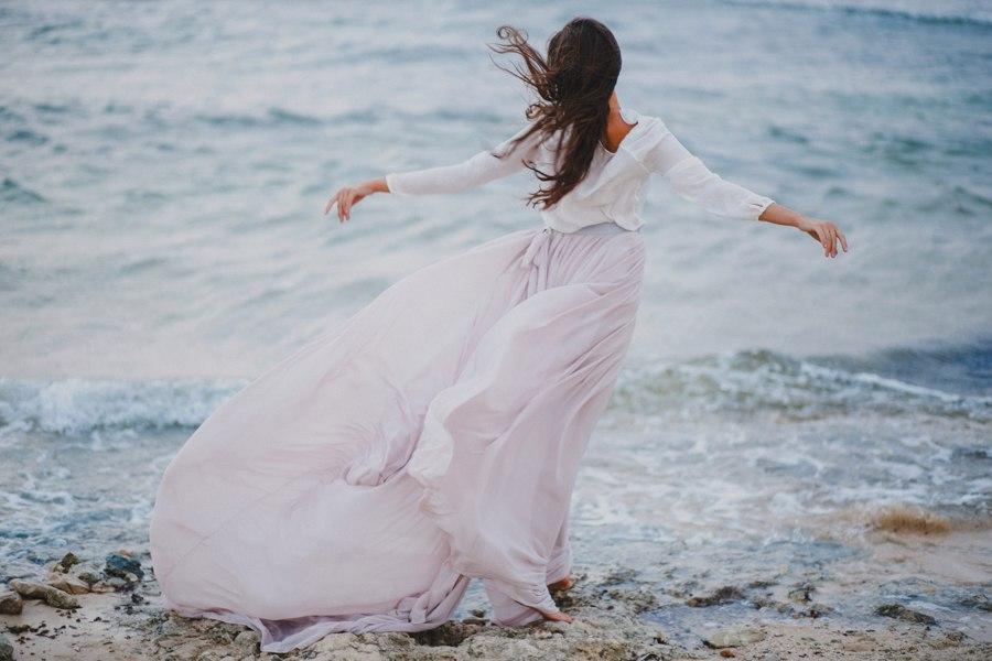 Фото Девушка в белом платье стоит на берегу моря, фотограф Дима Тараненко