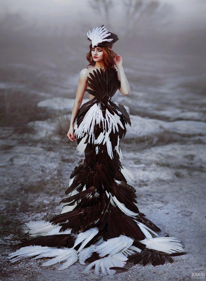 платья из перьев фото окрашивать