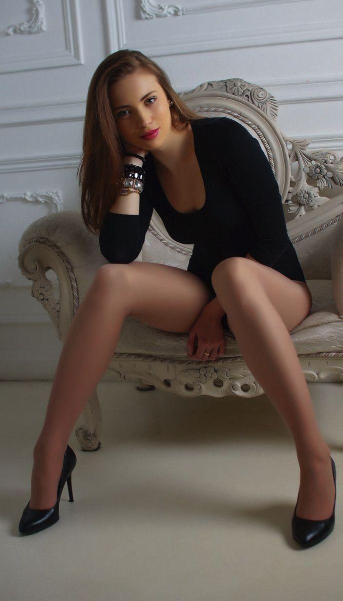 Фото красивой девушки азиатки в темноте
