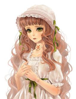 Фото Зеленоглазая кукла-марионетка в кружевном чепчике на белом фоне