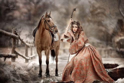 Фото Девушка в платье стоит рядом с лошадью, фотограф Ирина Недялкова