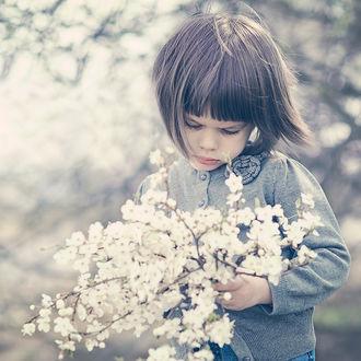 Фото Девочка с цветущей веткой вишни, ву Monika Strzelecka