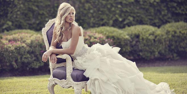 Фото Девушка - невеста сидит в кресле, ву Benfield Photography