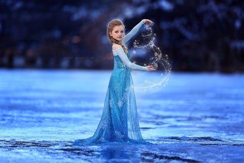 Фото Девочка в голубом платье колдует снежинки, косплей на Эльзу / Elsa, мультфильм Холодное сердце / Frozenby Katie Andelman