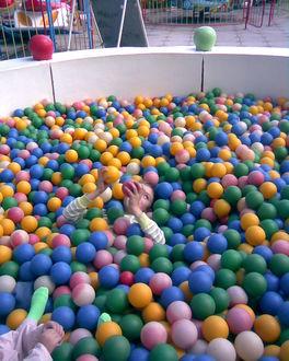 Фото Дети среди шариков на аттракционе