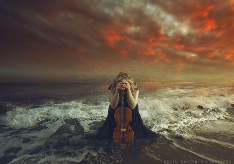 Фото Девушка со скрипкой сидит на берегу моря, by Kevin Carden