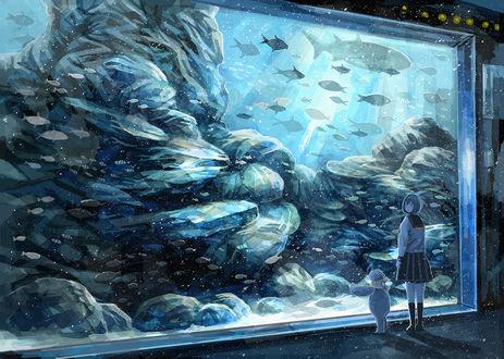 Фото Девушка и плюшевый мишка в океанариуме