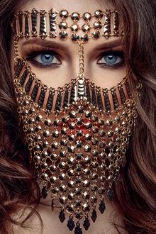 Фото Девушка с серыми глазами с прикрытым украшениями лицом, фотограф Jack Hоier