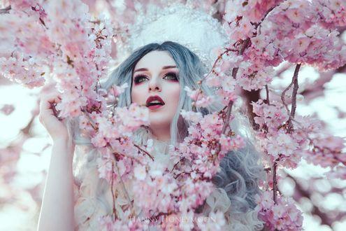 Фото Девушка с голубыми волосами стоит возле цветущих веток сакуры, by Hanny-Honeymoon