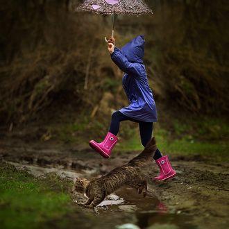 Фото Девочка с зонтиком и кошка перепрыгивают через канавку с водой, фотограф Юлия Карпова