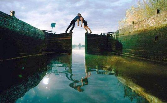Фото Влюбленные на почти закрытых воротах шлюза