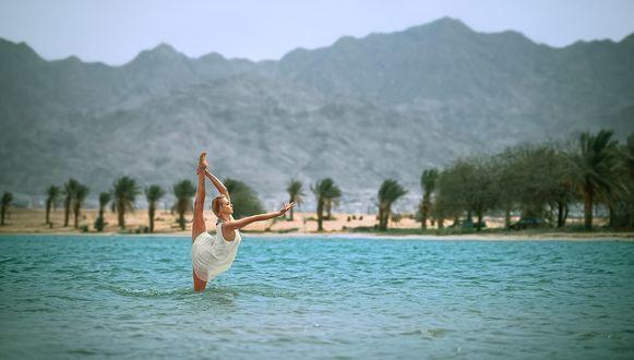 Фото Девушка в гимнастической позе стоит в море, фотограф Баженов Денис