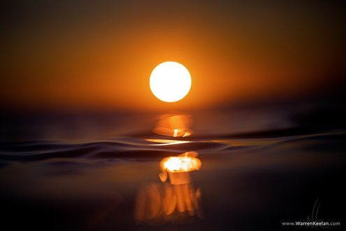 Фото Вода в море крупным планом на фоне солнца в небе, фотограф Уоррен Килан / Warren Keelan