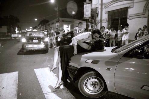 Фото Мужчина с женщиной целуются на машине