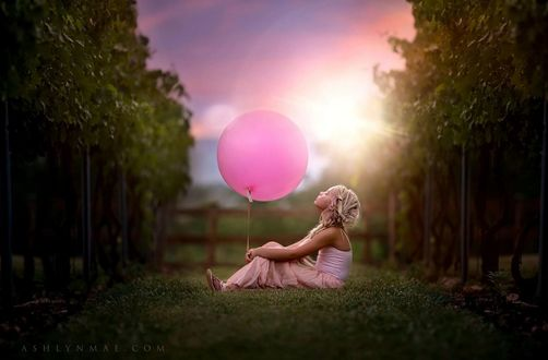 Фото Девочка с воздушным шаром сидит на земле, by Ashlyn Mae