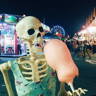 Фото Скелет в платье держит сладкую вату