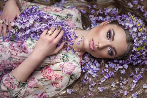 Фото Девушка в венке из цветов глицинии лежит на земле, by DarkVenusPersephonae