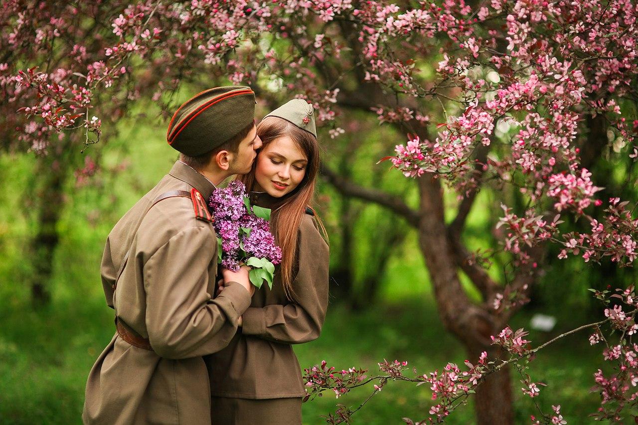 Мужчина целует ноги девушки фото