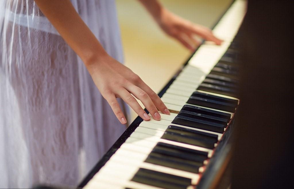 Красивая картинка руки на фортепиано