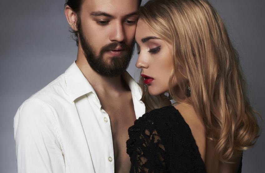 Фото Красивая пара - парень в белой рубашке и девушка в черном платье