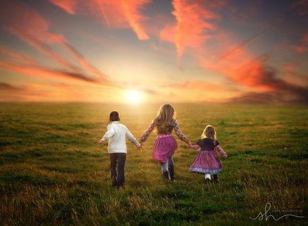 Фото Дети идут по полю держась за руки, на фоне захода солнца, by Sara Hadenfeldt