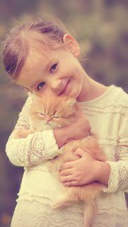 Фото Портрет девочки с рыжим, спящим котенком на руках