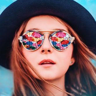 Фото Девушка в шляпе и в очках, в которых отражаются разноцветные зонтики, by Kristina Makeeva