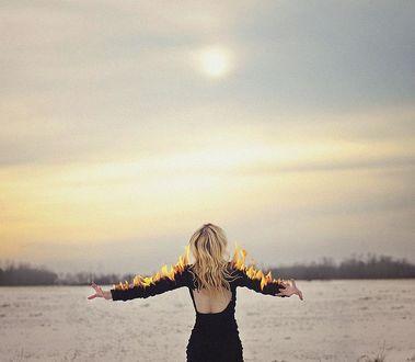 Фото Девушка с горящими в огне руками стоит и смотрит на солнце в небе, by Rachel Baran