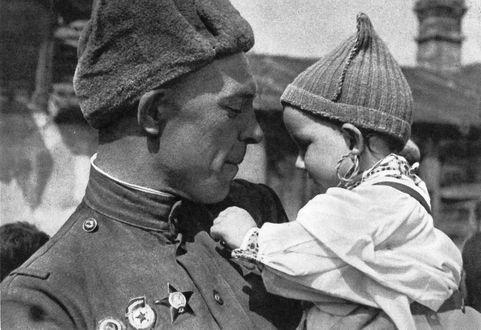 Фото Советский солдат держит на руках ребенка