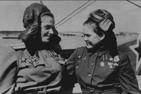 Фото Две девушки - летчицы с орденами и медалями на фоне самолета