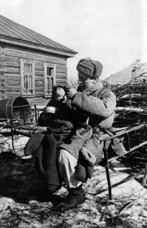 Фото Советский солдат кормит девочку, выжившую после фашистского авиа налета, фото военного корреспондента Кинеловского Виктора Сергеевича