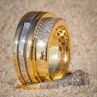 Фото Отражение влюбленных в обручальном кольце, фотограф Питер Адамс-Шон / Peter Adams-Shawn, серия «Ringscapes»