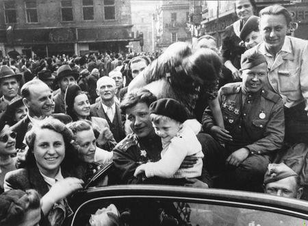 Фото Жители освобожденной Prague / Праги приветствуют автомобиль с советскими военнослужащими