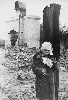 Фото Девочка прячет за пазуху кота, на фоне разрушенной церкви, 1941-1942гг