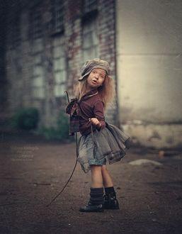 Фото Чумазая девочка с растрепанными волосами стоит на дороге, фотограф Shibina Nadegda