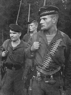 Фото Морская пехота 2-й отдельной бригады Балтийского флота, на первом плане — старшина Н. Грановский, август 1941 года