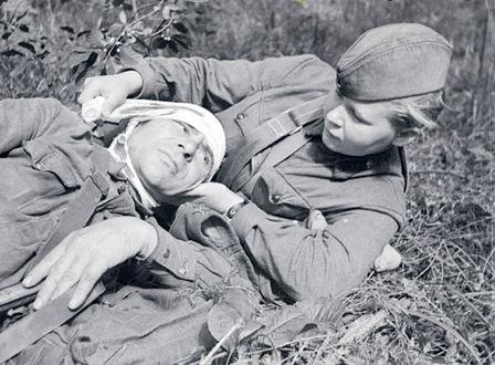 Фото Сандружинница Скотинкина С. Г перевязывает раненого бойца, Северо-Западный фронт 1942 год
