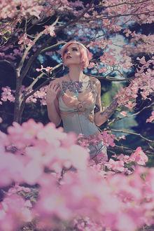 Фото Девушка среди ветвей цветущего дерева, by girltripped