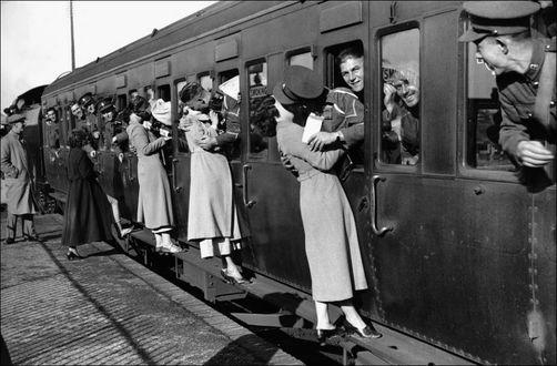 Фото Девушки целуют на прощание своих любимых мужчин, провожая их на войну